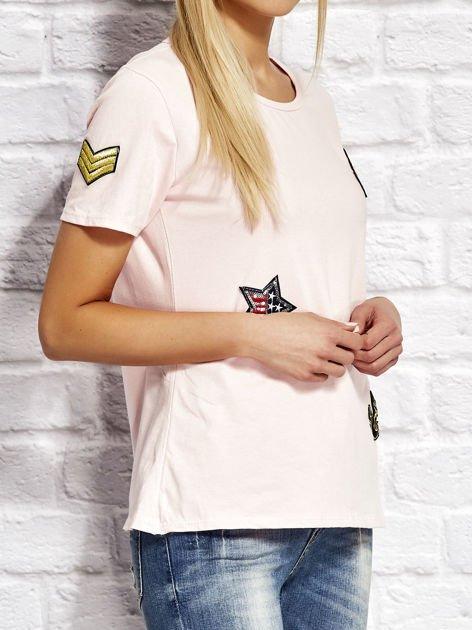 Różowy t-shirt z naszywkami                              zdj.                              3