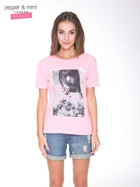 Różowy t-shirt z romantycznym nadrukiem dziewczyny                              zdj.                              1