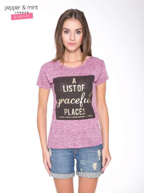 Różowy t-shirt ze złotym napisem A LIST OF GRACEFUL PLACES