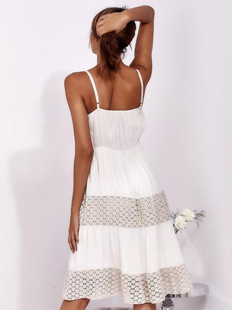 Beżowa sukienka na ramiączkach z koronką                              zdj.                              2