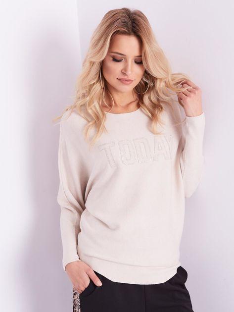 Beżowy sweter oversize z błyszczącym napisem                              zdj.                              13