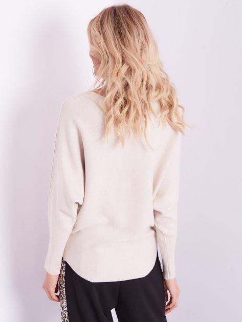 Beżowy sweter oversize z błyszczącym napisem                              zdj.                              11