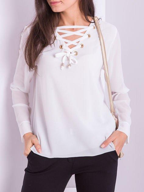 Biała bluzka ze sznurowaniem                              zdj.                              2