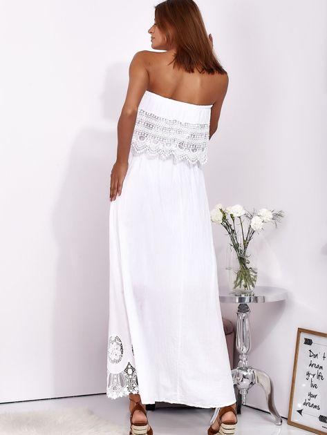 Biała sukienka maxi bez ramion z koronkową falbaną                              zdj.                              2