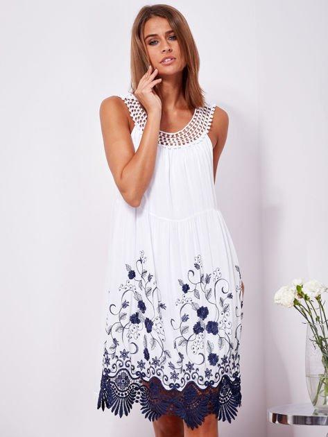 Biała sukienka midi z haftowanym wzorem                              zdj.                              1
