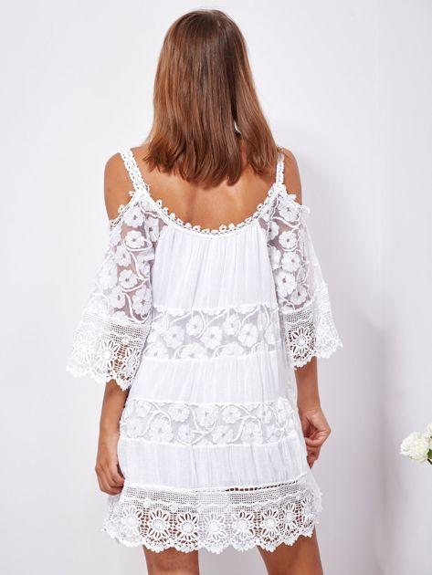 SCANDEZZA Biała trapezowa sukienka koronkowa mini                              zdj.                              2