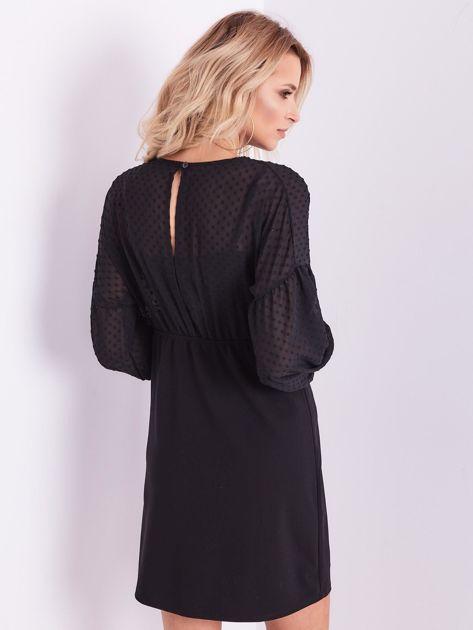 Czarna sukienka z ozdobną broszką                              zdj.                              11