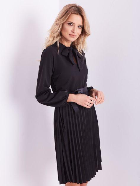 Czarna sukienka z wiązaniami                              zdj.                              4