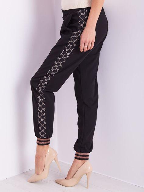 SCANDEZZA Czarne spodnie dresowe z ozdobnymi lampasami                              zdj.                              10