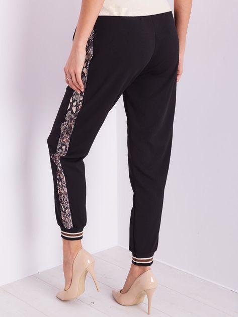 Czarne spodnie z wężowym lampasem                              zdj.                              5