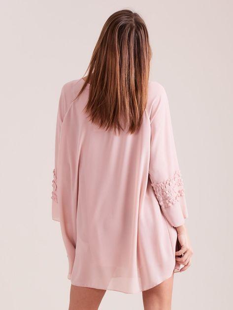 Jasnoróżowa plisowana sukienka                              zdj.                              4