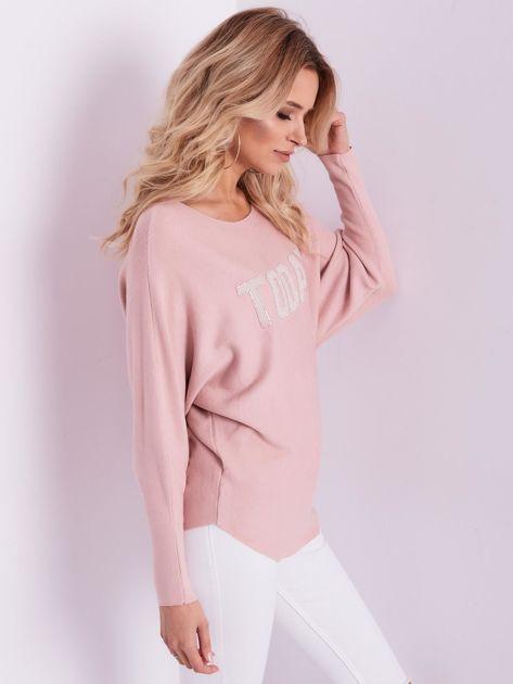Jasnoróżowy sweter oversize z błyszczącym napisem                              zdj.                              5