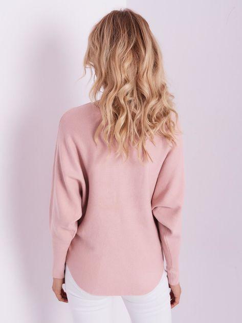 Jasnoróżowy sweter oversize z błyszczącym napisem                              zdj.                              3