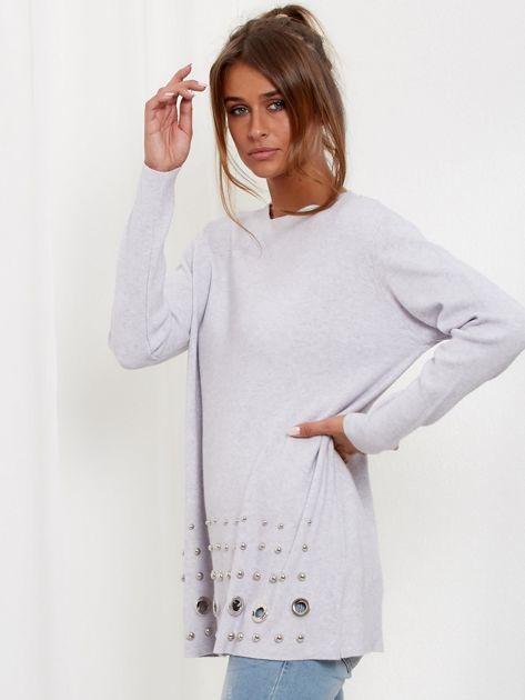 Jasnoszary luźny sweter z ozdobnymi ćwiekami                              zdj.                              2