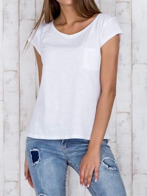 STRADIVARIUS Biały t-shirt basic z kieszonką                                  zdj.                                  1