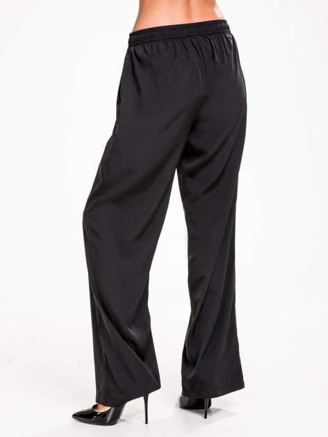 STRADIVARIUS Czarne spodnie z lejącej tkaniny z szeroką nogawką                                  zdj.                                  2