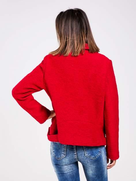 STRADIVARIUS Czerwona kurtka typu biker jacket z dzianiny                                  zdj.                                  2