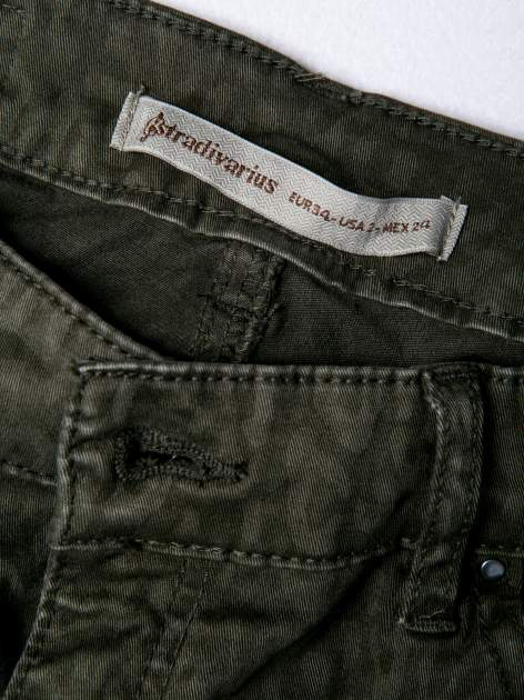 STRADIVARIUS Khaki spodnie rurki z nadrukiem panterki                                  zdj.                                  3
