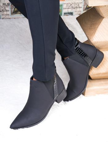 Skórzane czarne botki w szpic z lakierowaną wstawką z tłoczeniem                              zdj.                              1