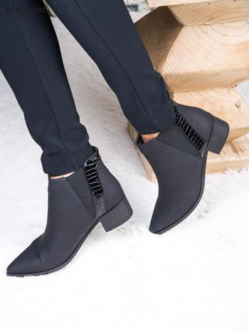 Skórzane czarne botki w szpic z lakierowaną wstawką z tłoczeniem                              zdj.                              4