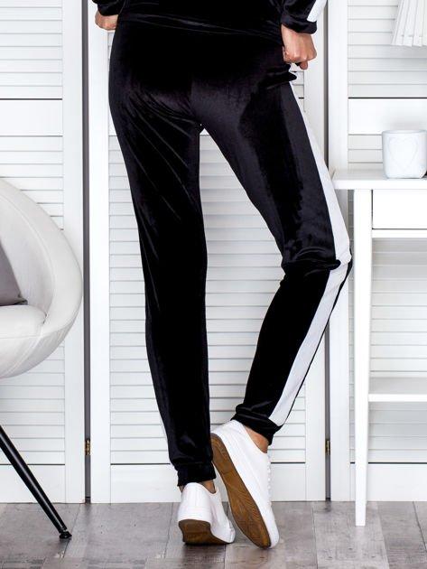 Spodnie dresowe aksamitne z jasnymi lampasami czarne                              zdj.                              2