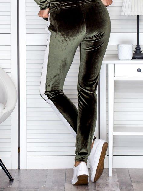 Spodnie dresowe aksamitne z jasnymi lampasami zielone                              zdj.                              2