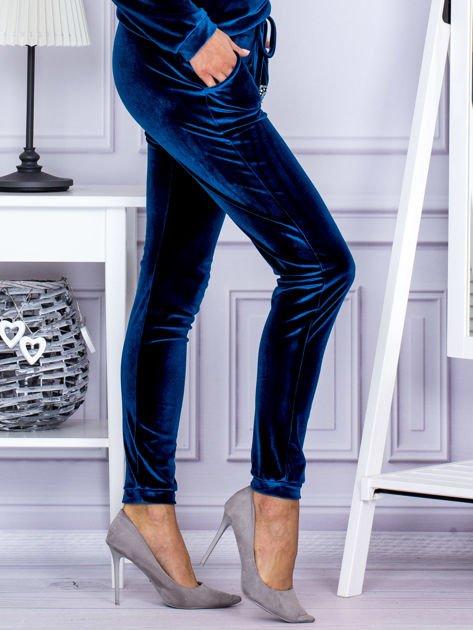 Spodnie dresowe welurowe z błyszczącymi kamyczkami ciemnoturkusowe                                  zdj.                                  5