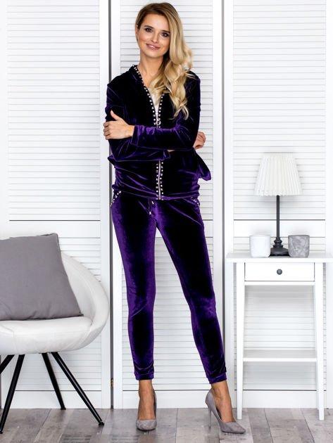 Spodnie dresowe welurowe z diamencikami przy kieszeniach fioletowe                                  zdj.                                  4