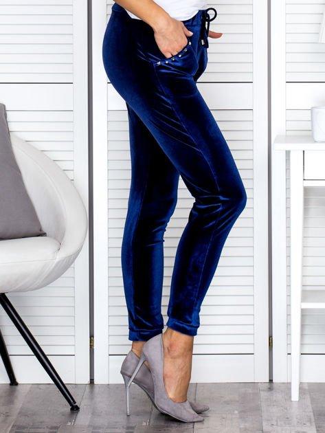 Spodnie dresowe welurowe z diamencikami przy kieszeniach granatowe                              zdj.                              3