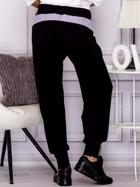 Spodnie dresowe z ozdobnym suwakiem czarne                              zdj.                              2