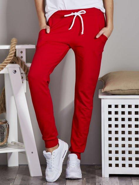 Spodnie dresowe ze ściągaczami i troczkami czerwone                              zdj.                              1