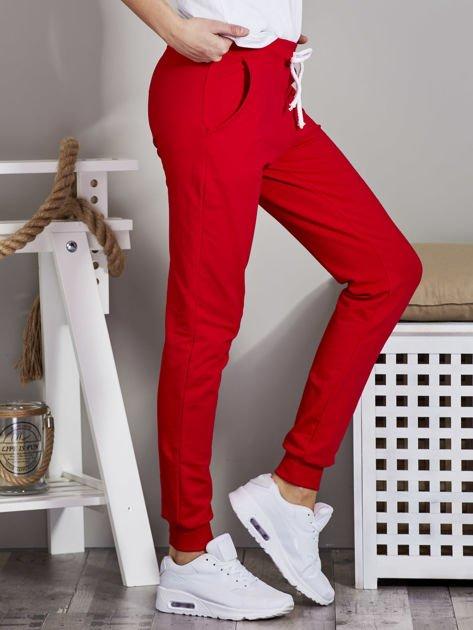 Spodnie dresowe ze ściągaczami i troczkami czerwone                              zdj.                              5
