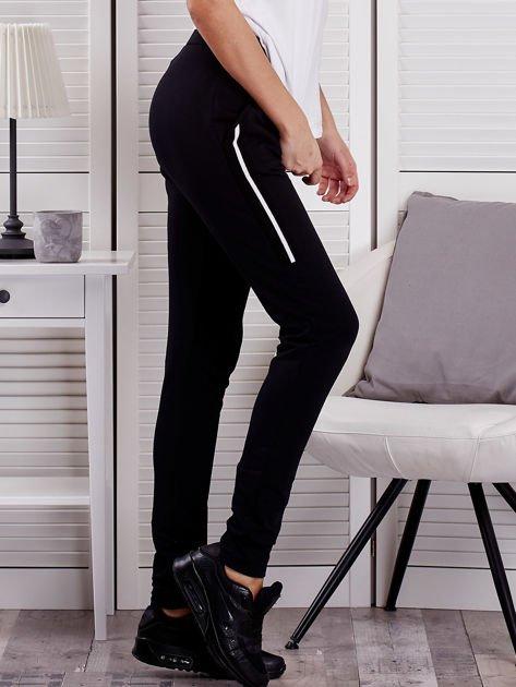 Spodnie dresowe ze wstawkami przy kieszeniach czarne                              zdj.                              5