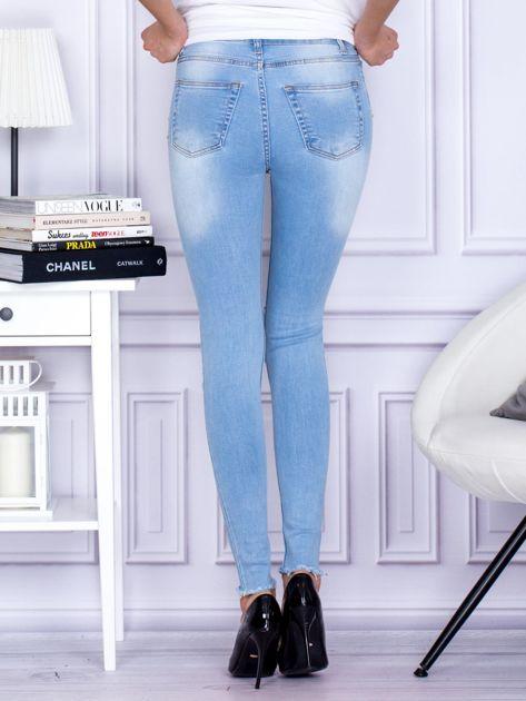 Spodnie jeansowe z dziurami i perełkami niebieskie                              zdj.                              2