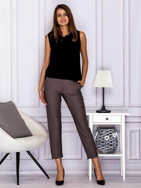 Spodnie materiałowe w drobny wzór brązowe                              zdj.                              4
