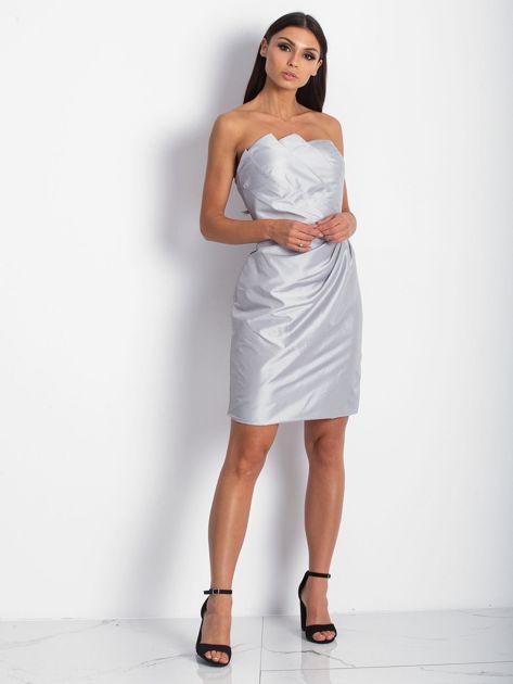 Srebrna sukienka koktajlowa z marszczeniami PLUS SIZE                              zdj.                              4