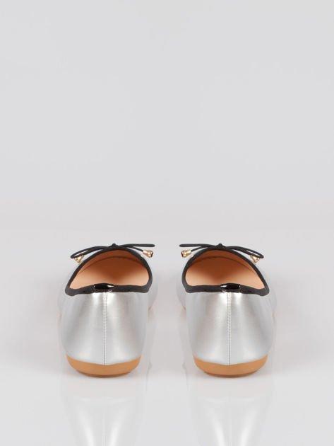 Srebrne baletki faux leather Evy z czarną kokardką i lamówką                                  zdj.                                  3