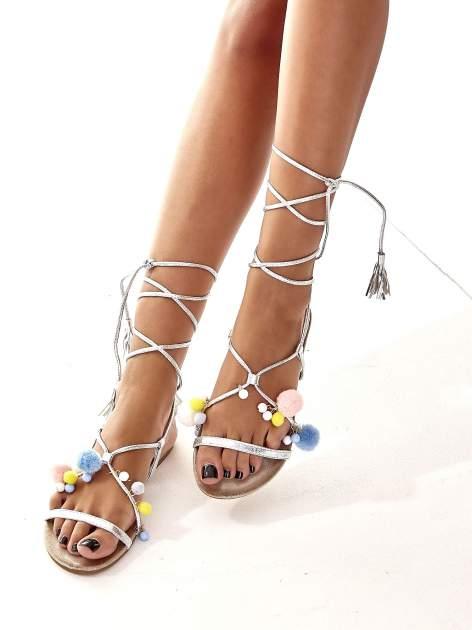 Srebrne sandały damskie gladiatorki z pomponami                                  zdj.                                  3