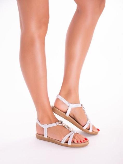 Srebrne sandały z ozdobną przypinką i perełkami na przodzie                              zdj.                              6