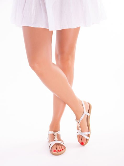 Srebrne sandały z ozdobną przypinką i perełkami na przodzie                              zdj.                              2