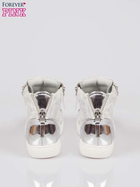 Srebrne wężowe sneakersy z blaszką na nosku Charm                                  zdj.                                  3