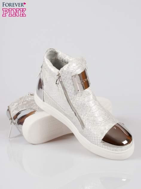 Srebrne wężowe sneakersy z blaszką na nosku Charm                                  zdj.                                  4