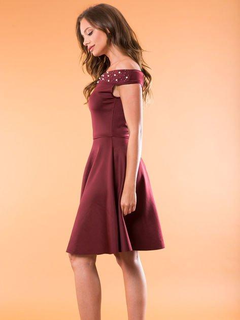 Sukienka bordowa z perełkami                              zdj.                              3