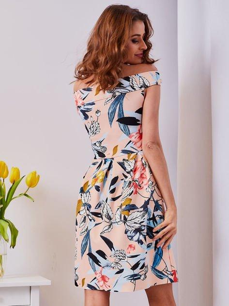 Sukienka brzoskwiniowa w roślinne wzory z kontrafałdami                              zdj.                              3