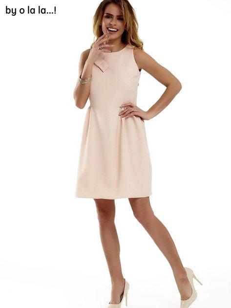 Sukienka brzoskwiniowa z kokardą BY O LA LA                              zdj.                              4