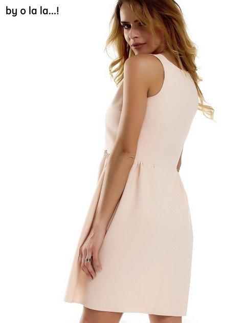 Sukienka brzoskwiniowa z kokardą BY O LA LA                              zdj.                              5