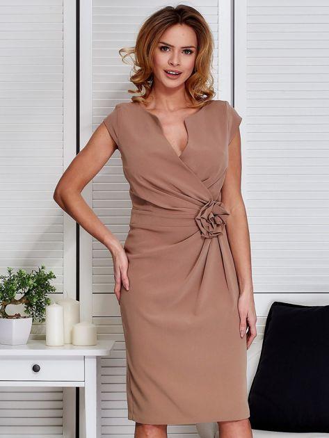 Sukienka ciemnobeżowa z drapowaniem i ozdobnym kwiatem                              zdj.                              1