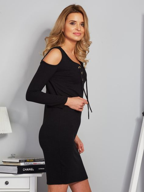 Sukienka cold shoulder w wypukłe paski czarna                                  zdj.                                  5