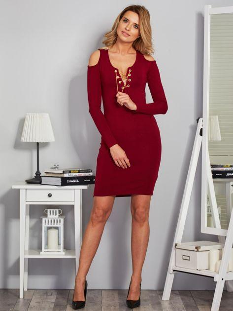 Sukienka cold shoulder ze złotym łańcuszkiem bordowa                              zdj.                              4