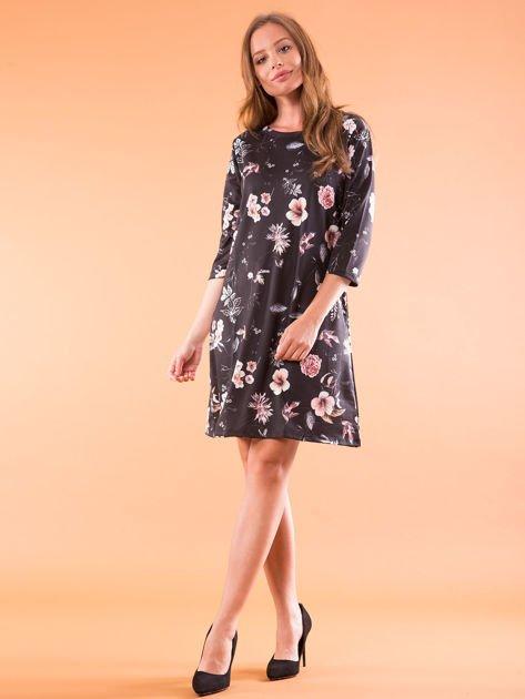 Sukienka czarna oversize w kwiatowy wzór                              zdj.                              4